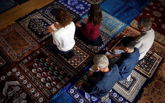 """Anne-Sophie Monsinay (D), et Eva Janadin, deux femmes, toutes deux converties à l'islam, prient dans une salle de prière à Paris, le 7 septembre 2019. Un événement sans précédent pour le culte des musulmans en France : deux imames ont dirigé une prière en septembre à Paris, devant une assemblée totalement mixte réunie pour une cérémonie principalement célébrée en français. Janadin et Monsinay ont voulu pendant plusieurs années traduire leur vision d'un islam """"progressiste"""" et """"éclairé"""" en actions concrètes. Photo : Lionel BONAVENTURE / AFP"""