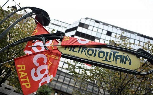 Des drapeaux de la CGT accrochés dans une station de métro devant la Maison de la RATP à Paris, le 13 septembre 2019, lors de la grève des employés de la RATP contre le projet du gouvernement français de réformer le système de retraite du pays. Photo : Stéphane de Sakutin / AFP