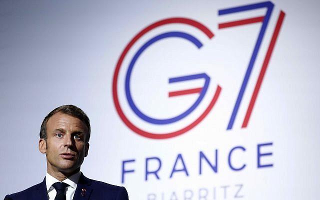 Le président français Emmanuel Macron s'exprime lors d'une conférence de presse sur la situation au Sahel lors du sommet du G7 à Biarritz, dans le sud-ouest de la France, le dimanche 25 août 2019. Un haut responsable iranien s'est rendu dimanche au sommet du G7 pour une visite à l'improviste. (Ian Langsdon Pool via AP)
