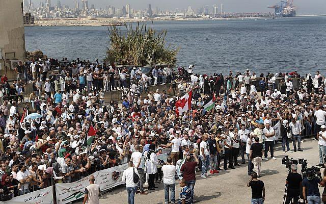 Des centaines de réfugiés palestiniens agitant des drapeaux palestinien et canadien demandent l'asile lors d'un rassemblement devant l'ambassade du Canada à Beyrouth (Liban) le jeudi 5 septembre 2019. De nombreux membres du groupe ont déploré la détérioration des conditions économiques et de vie au Liban et ont déclaré vouloir une vie plus digne. (Photo AP / Hussein Malla)