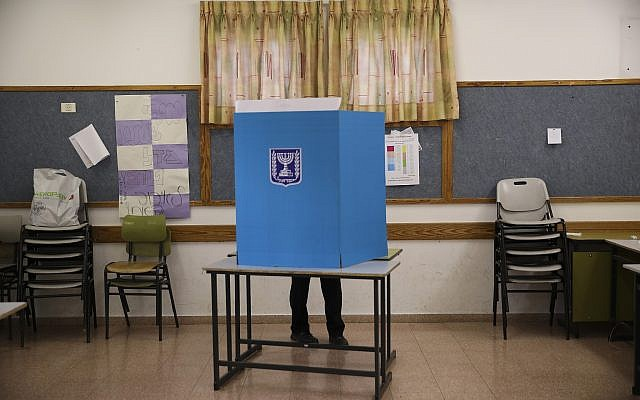 Un homme votant à Bnei Brak, en Israël, le mardi 17 septembre 2019. Les Israéliens ont commencé à voter mardi lors d'une nouvelle élection sans précédent qui décidera si le Premier ministre de longue date, Benjamin Netanyahu, restera au pouvoir. (AP Photo / Oded Balilty)