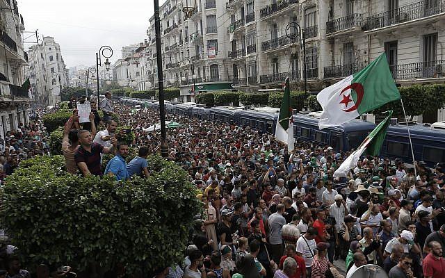 Des Algériens envahissent les rues lors d'une manifestation à Alger, le vendredi 20 septembre 2019. Des milliers de manifestants pro-démocrates sont descendus dans les rues de la capitale vendredi, défiant la répression de l'armée du pays. (AP Photo / Toufik Doudou)