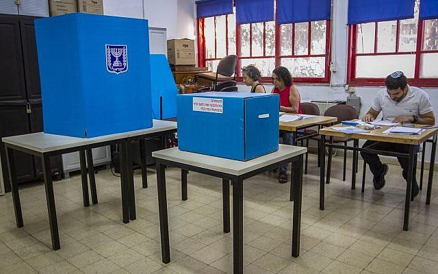 À l'intérieur d'un bureau de vote à Kfar Saba, lors des élections à la Knesset, le 17 septembre 2019. Photo : Flash90