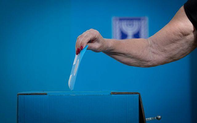 Une femme votant dans un bureau de vote à Jérusalem, lors des élections à la Knesset, le 17 septembre 2019. Photo : Yonatan Sindel / Flash90