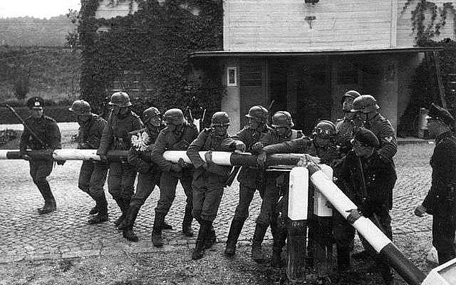 Des soldats allemands détruisant une barrière en Pologne. © Hans Sönnke, Wikimedia Commons, DP.