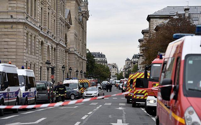 La police et les pompiers devant la préfecture de Paris après une attaque à l'arme blanche, le 3 octobre 2019. Quatre policiers ont été tués, l'assaillant a été abattu. (Crédit : Martin BUREAU / AFP)