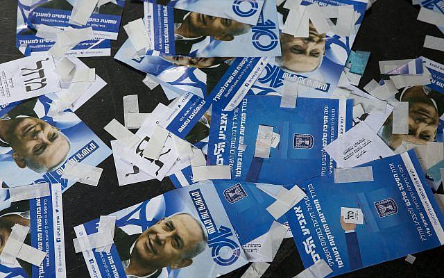 Bulletins de vote du parti Likoud et les tracts de la campagne du Premier ministre israélien Benjamin Netanyahu pour les élections générales israéliennes, à Tel Aviv, en Israël, le mercredi 10 avril 2019. Photo AP / Ariel Schalit