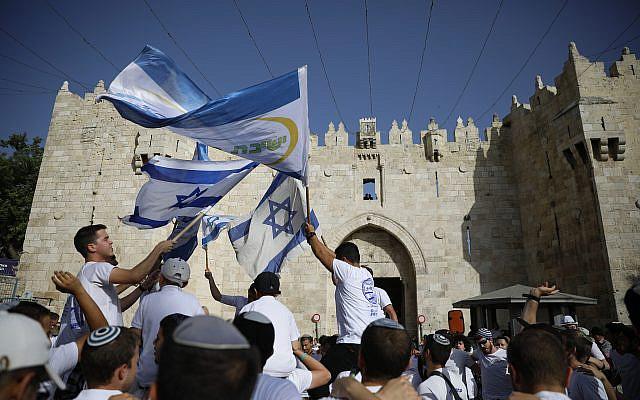 """La porte de Damas à Jérusalem, le dimanche 2 juin 2019, à l'occasion du """"Jour de Jérusalem"""", fête israélienne célébrant la prise de la vieille ville lors de la guerre des Six Jours. (AP Photo / Ariel Schalit)"""