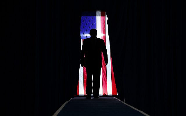 Le président Donald Trump arrivant pour prendre la parole lors d'un rassemblement de campagne au Lake Charles Civic Center, le vendredi 11 octobre 2019 à Lake Charles, Louisiane. (AP Photo / Evan Vucci)