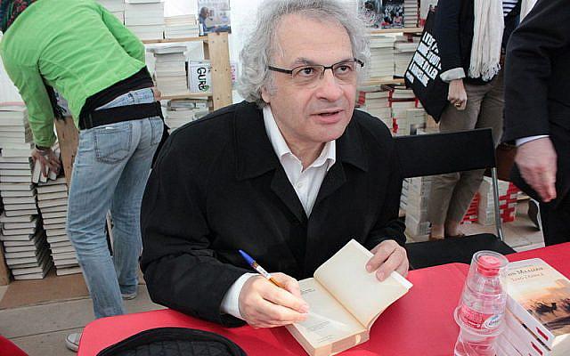 Amin Maalouf dédicaçant des livres à ses lecteurs, le 23 April 2013 / CC-BY-SA-2.0