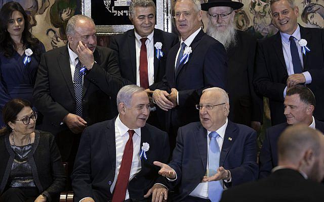 Le Premier ministre Benjamin Netanyahu et les chefs de parti posent pour une photo de groupe lors de l'ouverture de la 22ème Knesset, le Parlement israélien, à Jérusalem, le 3 octobre 2019. Photo : Hadas Parush / Flash90