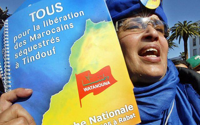 """Environ 20 000 personnes sont descendues dans les rues pour demander la libération de 408 soldats marocains. Organisé par les rebelles indépendantistes du Front Polisario à Tindouf, dans le sud de l'Algérie. """"Watanouna"""" (notre nation)est une ONG qui œuvre pour la libération des prisonniers de guerre marocains. (Photo AP / Abdeljalil Bounhar)"""