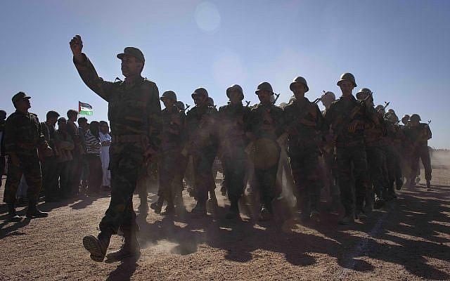 Des soldats rebelles du Front du Polisario, indépendantistes, sont vus lors d'un défilé militaire dans le village de Tifariti, dans le Sahara occidental, le dimanche 27 février 2011 pour célébrer le 35e anniversaire de la RASD (République démocratique démocratique sahraouie). Crédit : AP Photo / Arturo Rodriguez