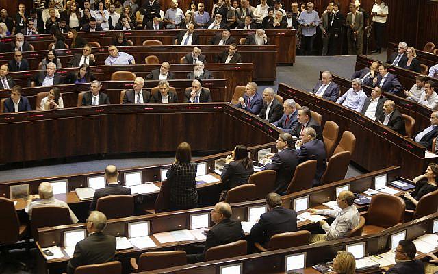 Les ministres et les membres du Parlement israéliens dans leur fauteuil avant de voter à la Knesset, le mercredi 29 mai 2019. (AP Photo / Sebastian Scheiner)