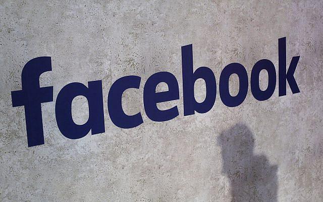 Logo Facebook affiché dans le cadre d'un rassemblement d'entreprises qui se réunit à la Station F de Paris. (AP Photo / Thibault Camus, Fichier)