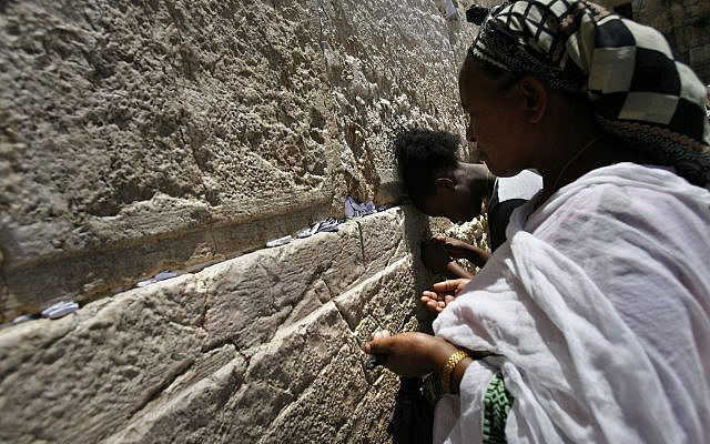Fruns Asmamo (70 ans) et Yalga Asmamo (19 ans) prient devant le mur des lamentations, alors qu'ils se rendent sur le site le plus sacré du judaïsme pour la première fois après avoir immigré en Israël, le 30 mai 2008. Photo de Michal Fattal / FLASH90