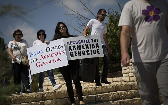 Des membres de la communauté arménienne de Jérusalem ont manifesté devant la Knesset à la suite du récent accord diplomatique conclu entre le gouvernement israélien et la Turquie, demandant à l'État d'Israël de reconnaître enfin le génocide arménien, à son 101e anniversaire. Le 5 juillet 2016, photo de Hadas Parush / Flash90
