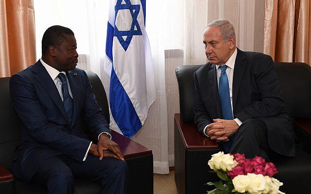 Le Premier ministre israélien Benjamin Netanyahu rencontre le président togolais, Faure Gnassingbe, à la conférence de la CEDEAO au Libéria, le 4 juin 2017. Photo de Kobi Gideon / GPO