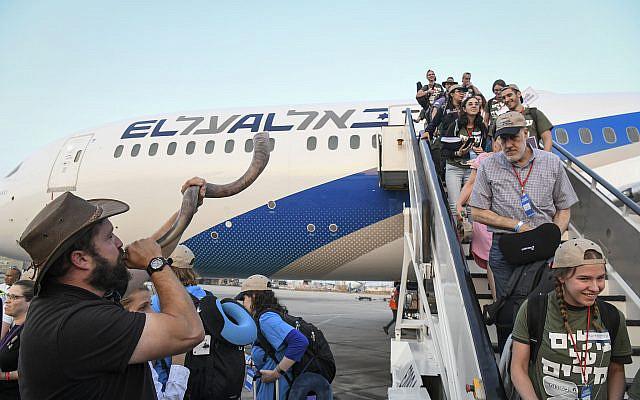 """Les nouveaux immigrants d'Amérique du Nord arrivant, le 14 août 2019, au nom de l'organisation Nefesh B'Nefesh dans le cadre d'une """"Aliyah Flight"""" spéciale, à l'aéroport Ben Gurion du centre d'Israël. Photo de Flash90"""