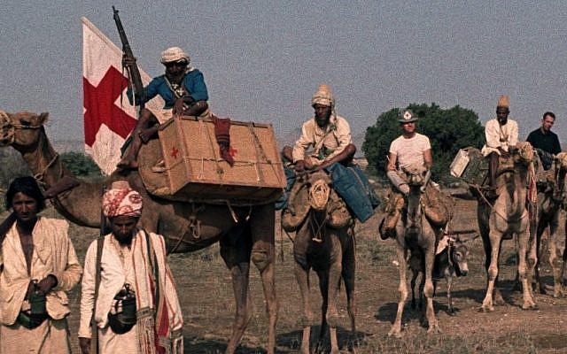 Arrivée, au printemps 1963, d'un convoi du CICR dans le nord-est du Yémen. Marcel Boisard se trouve sur le premier chameau en partant de droite. © ROCHAT, André (archives CICR)