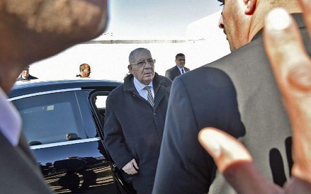 Le lieutenant-général Ahmed Gaid Salah, chef d'état-major des forces armées algériennes depuis 2004 et vice-ministre de la Défense, arrivant aux funérailles d'un collègue de la défense au Sidi. Salah est considéré comme l'homme fort de l'Algérie depuis l'éviction du président algérien Abdelaziz Bouteflika en avril, photo prise le 6 février 2019. RYAD KRAMDI / AFP