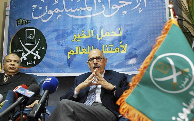 L'ancien chef du nucléaire de l'ONU et diplomate égyptien Mohammed ElBaradei, à droite, prenant la parole lors d'une conférence de presse avec Saad al-Katatni, le leader parlementaire du plus grand bloc d'opposition égyptien, les Frères musulmans, après leur réunion au Caire, samedi 5 juin 2010. ( Photo AP / Mohammed Abu Zaid