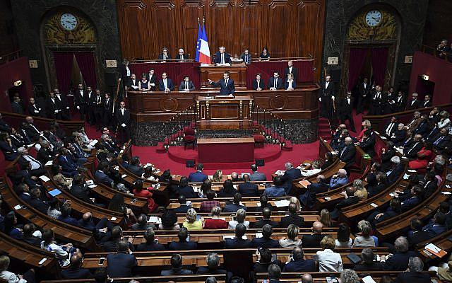 Le président français Emmanuel Macron s'exprim lors d'un congrès spécial réunissant les deux chambres du Parlement (Assemblée nationale et Sénat) dans le château de Versailles, lundi 3 juillet 2017. (Eric Ferferberg / Pool Photo via AP)