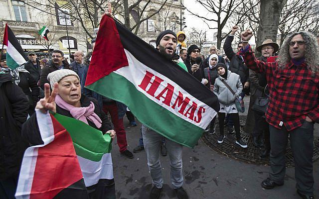 Manifestation contre la décision du président américain Donald Trump de reconnaître Jérusalem comme capitale d'Israël, à Paris, France, dimanche 17 décembre 2017. Photo AP / Michel Euler)