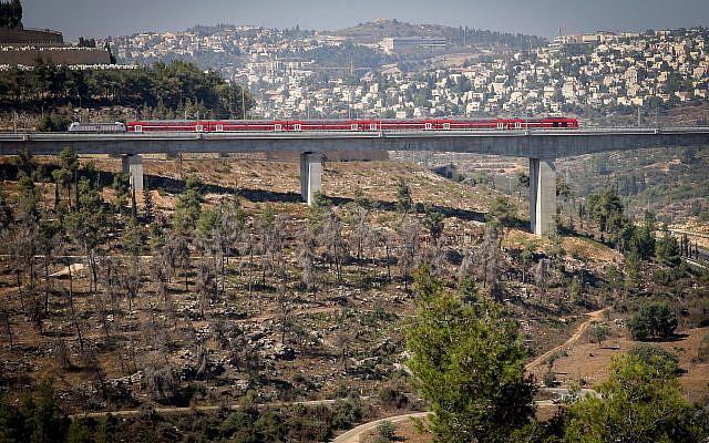 Vue sur le nouveau train Tel Aviv-Jérusalem, sur la vallée haArazim juste à l'extérieur de Jérusalem. 25 septembre 2018. Photo de Yossi Zamir / FLASh90