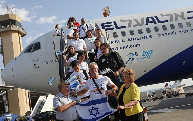 La ministre israélienne de l'Intégration des Immigrants Sofa Landver et Natan Sharansky, alors président de l'Agence juive, à l'arrivée des juifs français ayant fait l'Aliya, à l'aéroport international Ben Gourion le 10 juillet 2017. Photo de Nati Shohat / Flash90