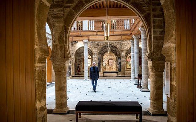 """Andre Azoulay, conseiller du roi marocain, posant au musée juif """"Bayt Dakira"""" (Maison de la Mémoire), dans la ville côtière atlantique d'Essaouira au Maroc le 14 décembre 2019. - Dans le vieux quartier juif d'Essaouira, Maroc a ouvert une maison de la mémoire dédiée à la coexistence historique des communautés juive et musulmane de la ville. Niché dans une ruelle étroite parmi les rues labyrinthiques, Bayt Dakira est situé dans l'ancienne résidence d'une famille de riches commerçants, qui l'a équipée d'une petite synagogue décorée de boiseries et de meubles sculptés. (Photo par FADEL SENNA / AFP)"""