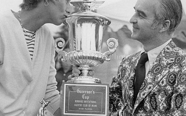 Carol Mann avec la Burdine's Invitational Cup - Domaine public