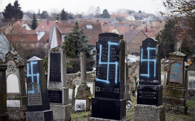 Des tombes vandalisées avec des croix gammées photographiées dans le cimetière juif de Quatzenheim, dans l'est de la France, le mardi 19 février 2019. (Photo AP / Jean-François Badias)