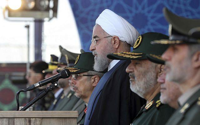 Le président Hassan Rouhani passant en revue un défilé militaire marquant le 39e anniversaire du début de l'Iran-Irak, devant le sanctuaire du défunt fondateur révolutionnaire Ayatollah Khomeiny, juste à l'extérieur de Téhéran, le dimanche septembre 22 janvier 2019. (Bureau de la présidence iranienne via AP)