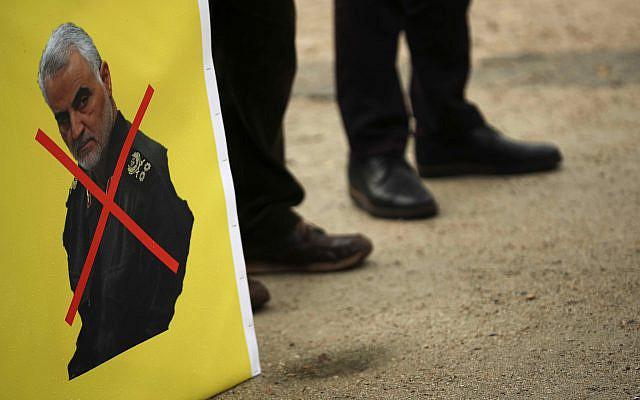 Portrait du général iranien Qassem Soleimani barré d'une croix rouge lors d'une manifestation de militants du Conseil national de la Résistance iranienne, devant le siège du Conseil européen à Bruxelles, le vendredi 10 janvier 2020. (Photo AP / Francisco Seco)