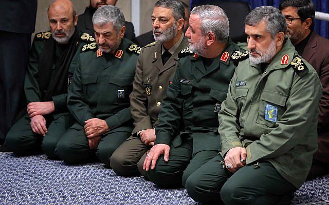 Dans ce jeudi 9 janvier 2020, photo publiée par un site officiel du bureau du chef suprême iranien, le général Amir Ali Hajizadeh, chef de la division aérospatiale de la Garde, à droite, assiste à une cérémonie de deuil pour le général Qassem Soleimani au lendemain d'un accident d'avion ukrainien, à Téhéran, en Iran. Les Gardiens de la révolution iraniens ont reconnu samedi avoir abattu accidentellement l'avion de ligne ukrainien qui s'est écrasé plus tôt cette semaine, tuant les 176 personnes à bord, après que le gouvernement a nié à plusieurs reprises les accusations occidentales selon lesquelles il était responsable. (Bureau du Guide suprême iranien via AP)