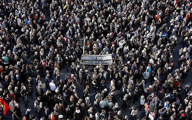 Manifestation de solidarité avec les victimes des attentats terroristes à Paris, au Vieux-Port de Marseille, le samedi 10 janvier 2015. (Photo AP / Claude Paris)