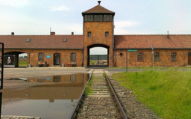 Entrée de Birkenau (Auschwitz II), vue depuis l'intérieur du camp. CC-BY-3.0
