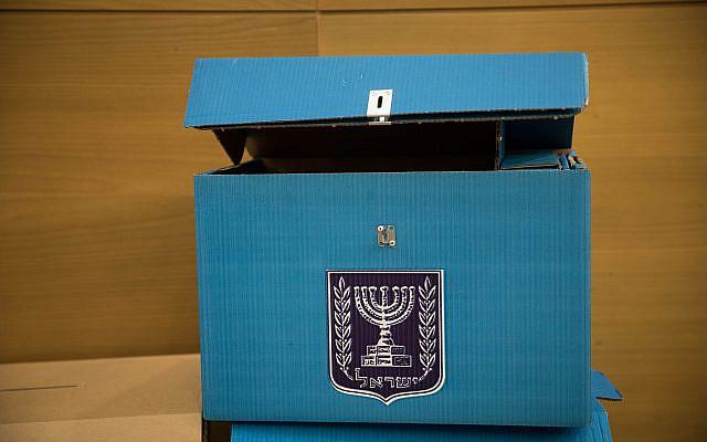 Urne électorale lors de la première réunion du comité électoral à la Knesset, le Parlement israélien à Jérusalem, le 18 décembre 2019. Photo de Hadas Parush / Flash90