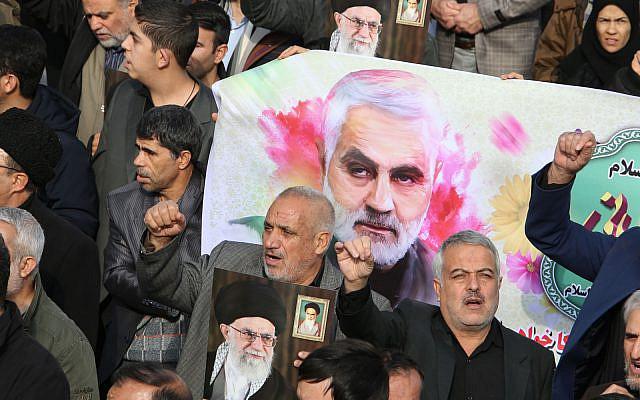 """Les Iraniens défilant lors d'une manifestation à Téhéran le 3 janvier 2020 contre l'élimination de Qassem Soleimani. L'Iran a mis en garde contre une """"vengeance grave"""" et a déclaré que l'ennemi juré des États-Unis était responsable des conséquences. Photo : ATTA KENARE / AFP"""