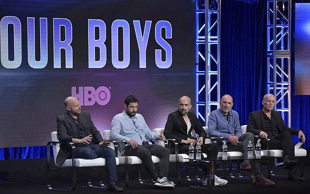 "Les créateurs Hagai Levi, de gauche à droite, Joseph Cedar et Tawfik Abu Wael, Avi Nir, producteur exécutif et PDG de Keshet Media Group et l'acteur Shlomi Elkabetz participant à la série ""Our Boys"" de HBO, à la Television Critics Association Summer Press Tour le mercredi juillet 24, 2019, à Beverly Hills, Californie (Photo de Richard Shotwell / Invision / AP)"