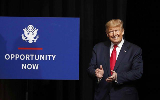Le président Donald Trump accueilli lors du sommet Opportunity Now à Charlotte, en Caroline du Nord, le vendredi 7 février 2020. (Photo AP / Gerry Broome)