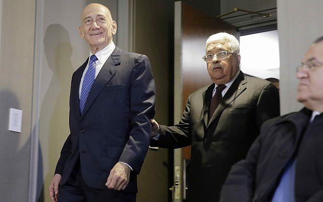 Le président palestinien Mahmoud Abbas, à gauche, s'entretenant avec l'ancien Premier ministre israélien Ehud Olmert après une conférence de presse à New York, mardi 11 février 2020 (AP Photo / Seth Wenig)...