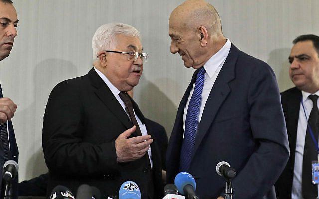 Le président palestinien Mahmoud Abbas, à gauche, s'entretenant avec l'ancien Premier ministre israélien Ehud Olmert après une conférence de presse à New York, mardi 11 février 2020 (AP Photo / Seth Wenig)