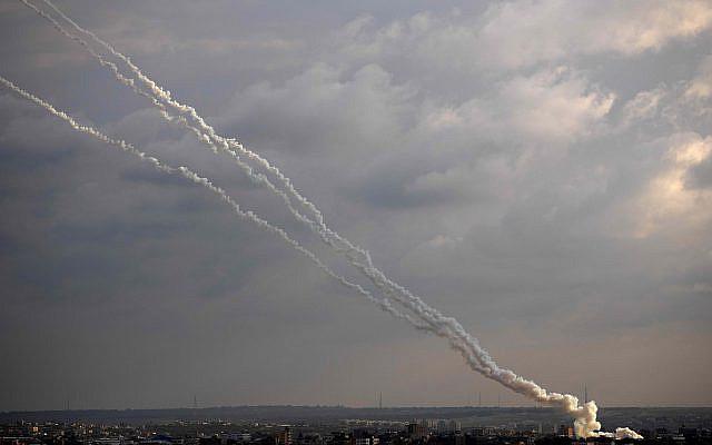 Des roquettes lancées depuis la bande de Gaza vers Israël, lundi 24 février 2020. (Photo AP / Khalil Hamra)
