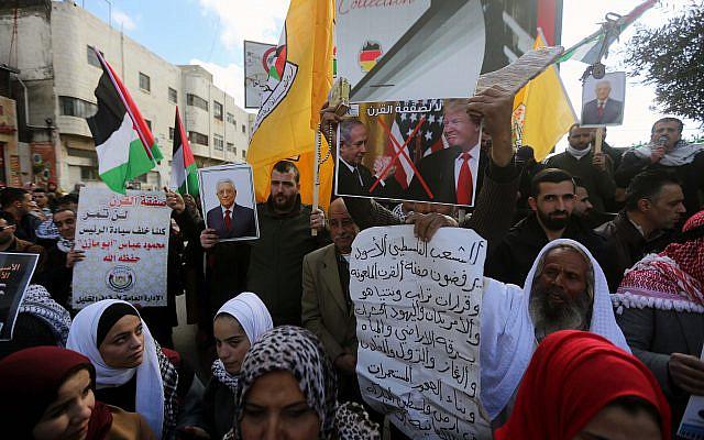 Des manifestants palestiniens protestant contre les propositions de paix du président américain Donald Trump dans la ville de Hébron en Cisjordanie, le 30 janvier 2020. Photo de Wisam Hashlamoun / Flash90