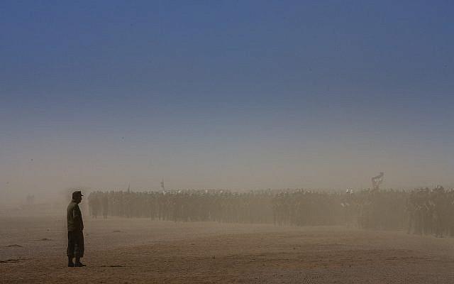 Des soldats rebelles du Front Polisario indépendantistes à travers la poussière, lors d'un défilé militaire dans le village du Sahara occidental de Tifariti, le mardi 19 mai 2008 pour célébrer le 35e anniversaire de l'armée du Polisario. (Photo AP / Daniel Ochoa de Olza)