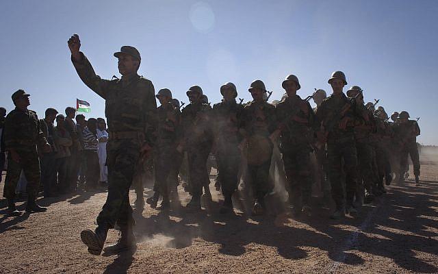 Des soldats rebelles du Front Polisario indépendantistes lors d'un défilé militaire dans le village du Sahara occidental de Tifariti, dimanche 27 février 2011 pour célébrer le 35e anniversaire de la RASD (République démocratique arabe sahraouie). (Photo AP / Arturo Rodriguez)