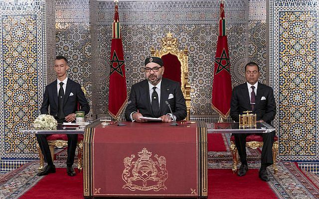 Le roi du Maroc Mohammed VI, au centre, accompagné de son fils le prince héritier Moulay Hassan, à gauche, et son frère le prince Moulay Rashid, s'adressant à la Nation dans un discours diffusé à la télévision, au Palais Royal à Tétouan, au Maroc, le lundi 29 juillet 2019. (Palais royal marocain via AP)