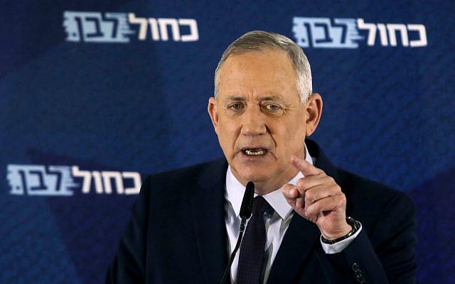 Le chef du parti Bleu et Blanc Benny Gantz fait une déclaration à Tel Aviv, Israël, samedi 7 mars 2020. (Photo AP / Sebastian Scheiner)